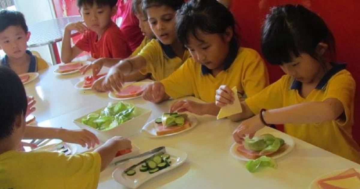 Kids Make 100+ Sandwiches With The Help Of Their Teachers To Feed The Hungry