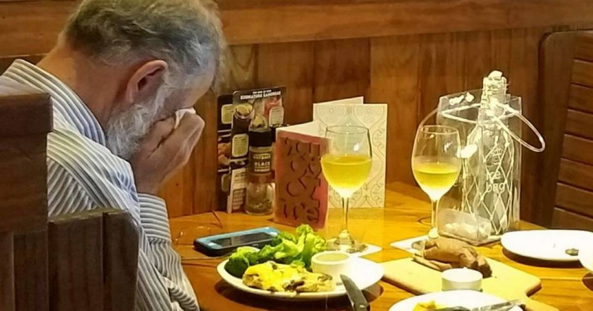 Heartbreaking Photo Shows Widowed Elderly Man Sharing Valentines Day Meal With Wife's Ashes