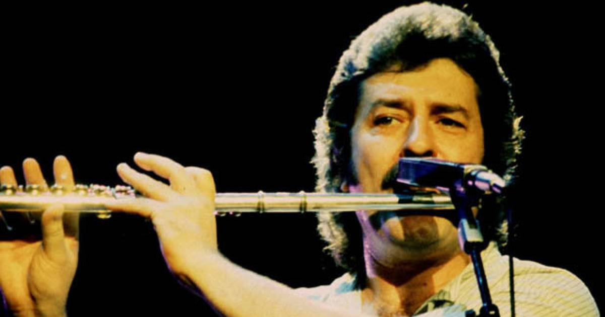 """Moody Blues"" Founding Member Ray Thomas, Dies At The Age Of 74"